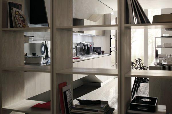Detail skrinky kuchyne ASIA.Variabilnosť úložných priestorov kuchynskej zostavy ASIA.