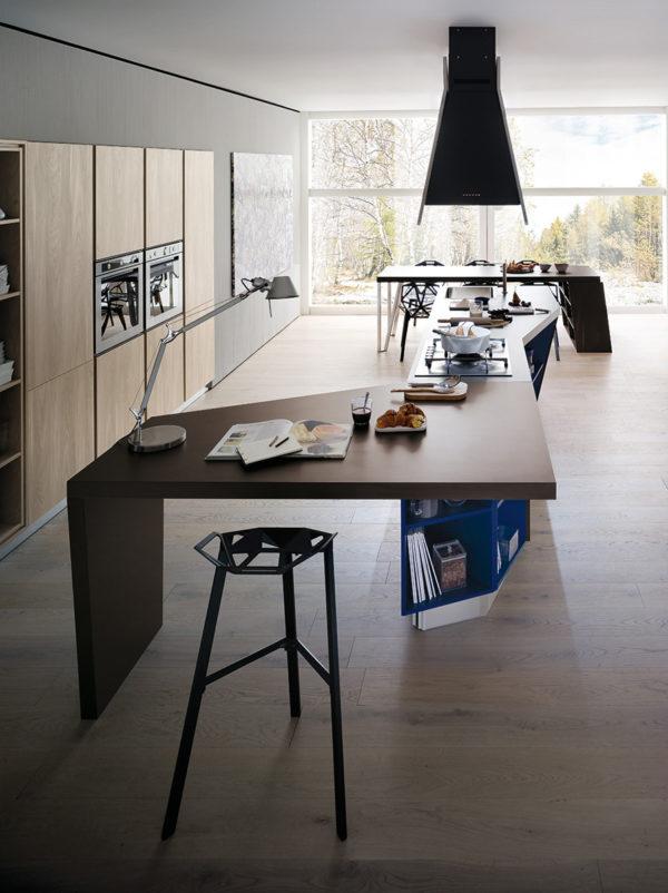 Detail skrinky kuchyne ASIA.Variabilnosť úložných priestorov kuchynskej zostavy ASIA..Talianska kuchyňa ASIA je vyrábaná na mieru.