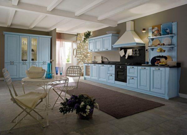 drevenými dvierkami v červenom prevedení. Talianska vintage kuchyňa CANOVA je vyrábaná na mieru.