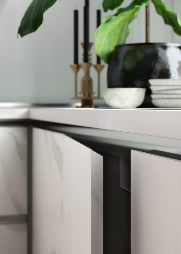 Detail skrinky kuchyne DE.SIGN STONE v bledom mramorovom dekore.