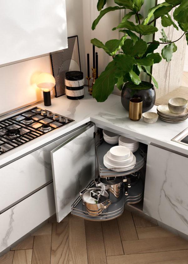 Detail skrinky kuchyne DE.SIGN STONE v bledom mramorovom dekore.Variabilný úlozný priestor kuchynskej linky DE.SIGN STONE.