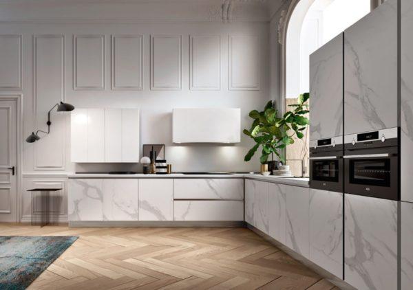 Talianska kuchyňa DE.SIGN STONE s mramorovým efektom so svojimi charakteristickými žilami sa tvaruje v čistých líniách kuchyne.