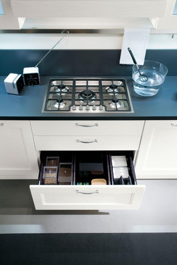 Úložný systém skrinky kuchyne ELITE. Variabilný úložný priestor.