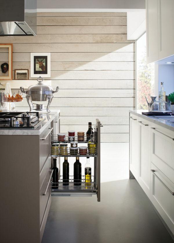 ktorá je klasická s moderným nádychom a drevenými dvierkami v olivovo zelenom prevedení.Talianska kuchyňa ELITE je vyrábaná na mieru.