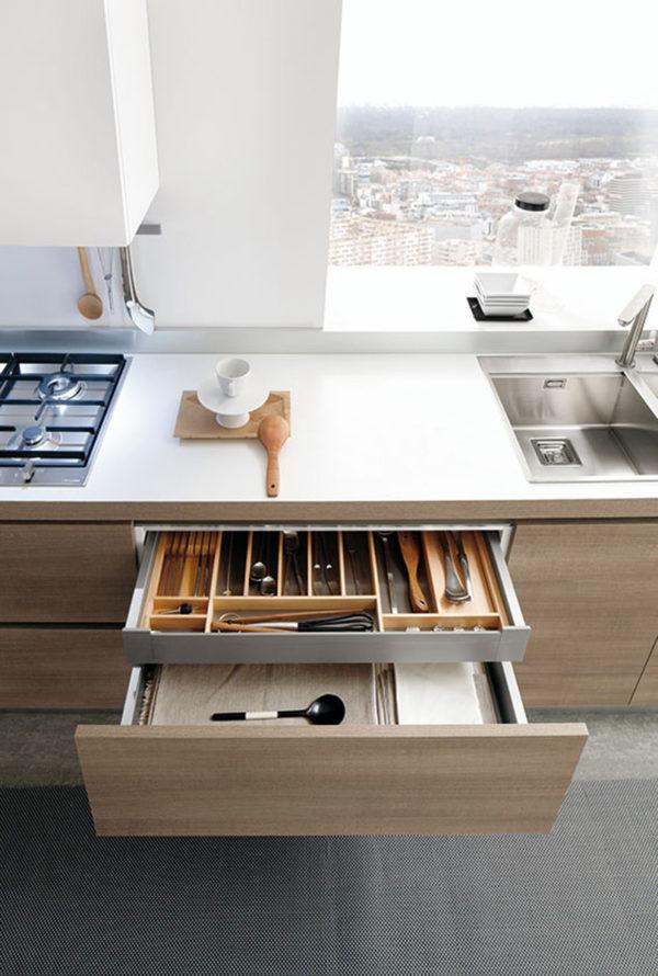 Detail zásuvky kuchyne JOY.Bezúchytkové otváranie dvierok a zásuviek