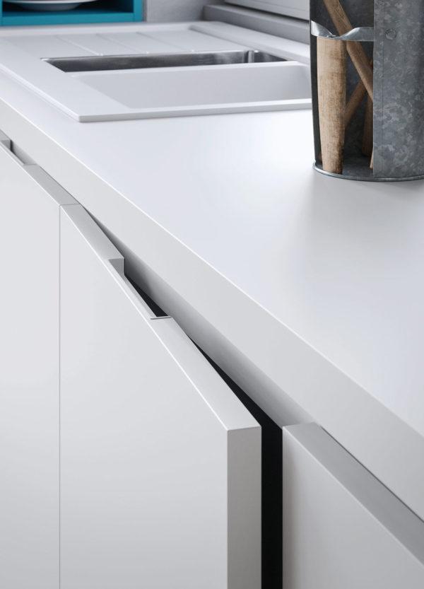 Detail kuchyne JOY.Lineárna moderná kuchynská linka JOY v šedom matnom prevedení kombinovaná s tyrkysovou kombináciou farieb.