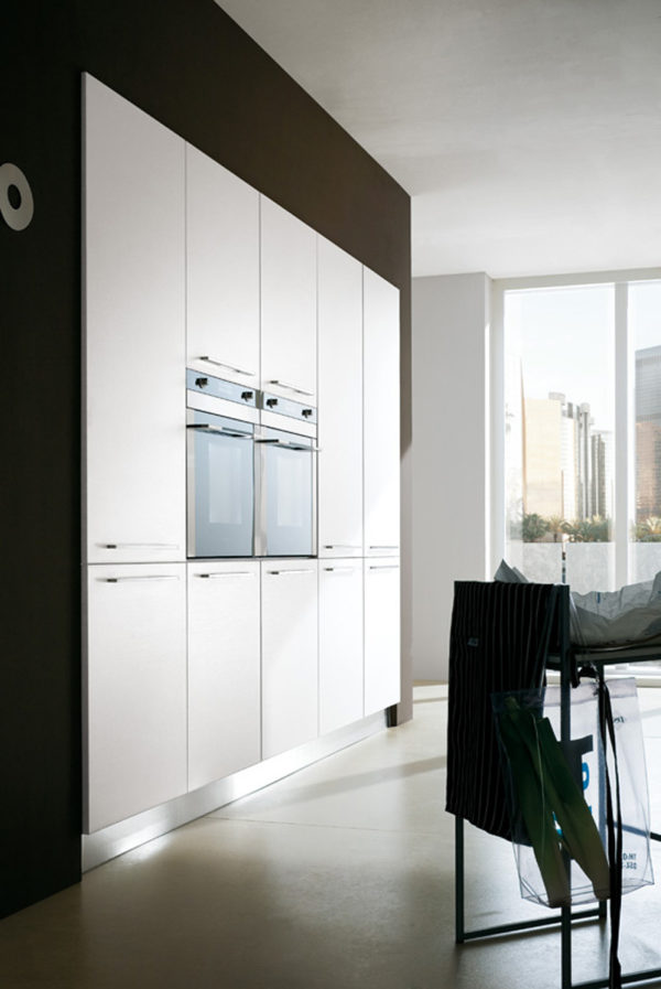 Detail kuchyňe JOY. Kombinácia materiálov dreva s hladkými matnými plochami vytvára moderný dizajn.