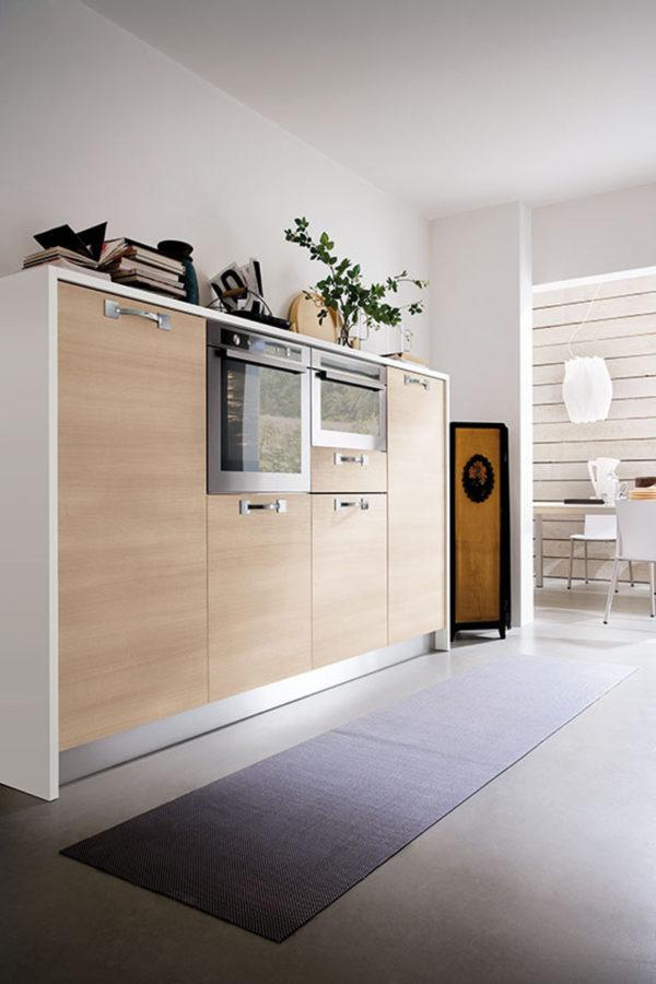 Detail kuchyňe JOY. Kombinácia materiálov dreva s nerezom vytvára moderný dizajn.