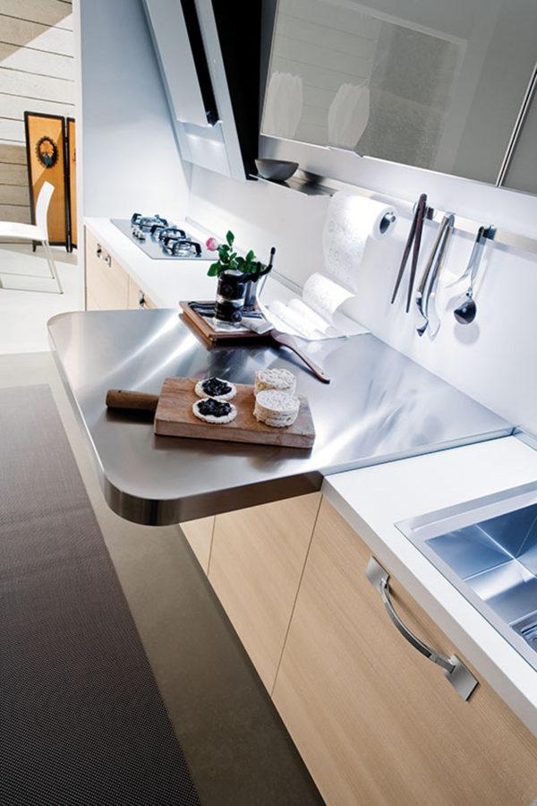 Detail úchytky kuchyňe JOY. Kombinácia materiálov dreva s nerezom vytvára moderný dizajn.
