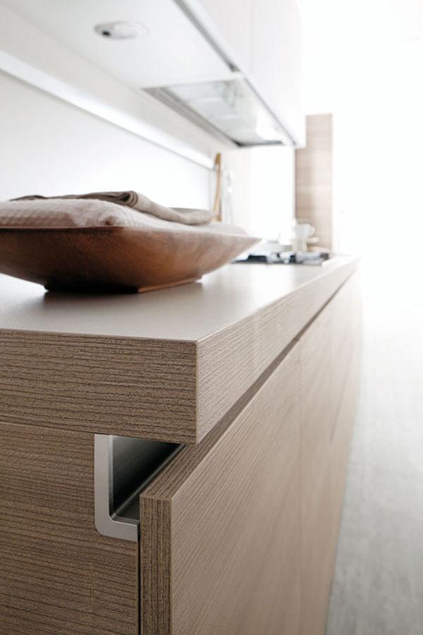 Matné prevednie v kombinácií s drevom kuchynskej linky JOY.Bezúchytkové otváranie dvierok a zásuviek