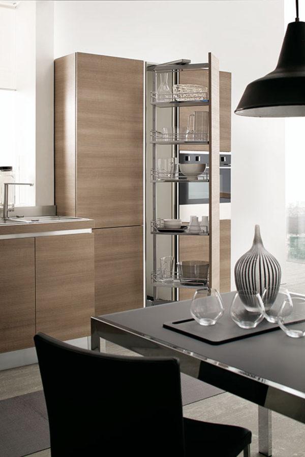 čo ešte viac zdôrazňuje lineárnosť tejto modernej kuchyne.