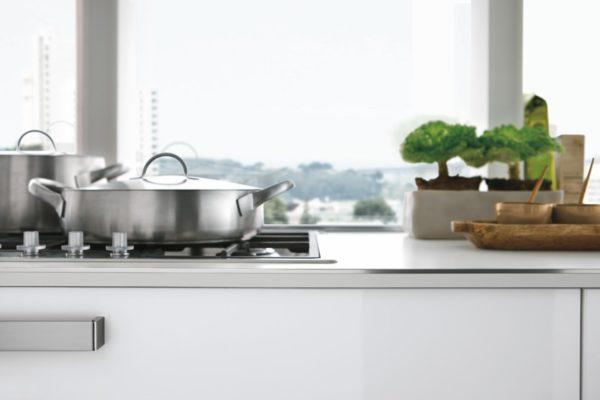 Detail bielej lesklej kuchynskej linky KRISTAL.Praktické úložné riešenia.