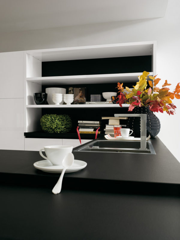 Biela matná dizajnová kuchyňa KRISTAL s čiernymi oblými pracovnými doskami.