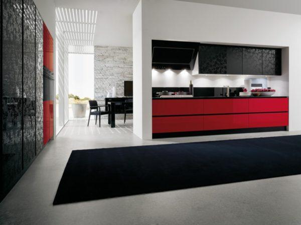 Dvojfarebná kombinácia s ozdobnými dvierkami kuchynskej linky KRISTAL.