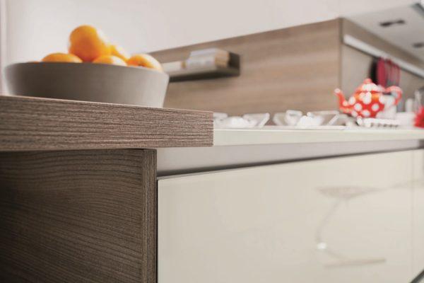 Nadčasovéhý dizajn kuchynskej linky MYGLASS je kombinácia s kameňovým dekorom a nerezom.Talianska kuchyňa MYGLASS je vyrábaná na mieru.