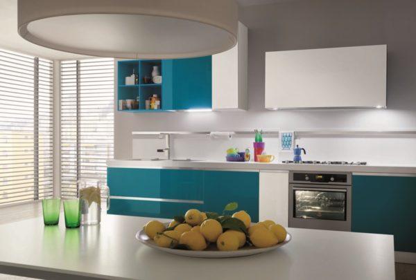 Kuchynská linka MYGLASS v lesklom prevedení kombinovaná s dekorom dreva.Talianska kuchyňa MYGLASS je vyrábaná na mieru.