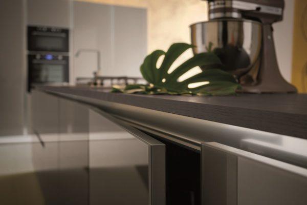 Bielo-modrá lesklá kombinácia sklenených dvierok  kuchynskej linky MYGLASS.Talianska kuchyňa MYGLASS je vyrábaná na mieru.