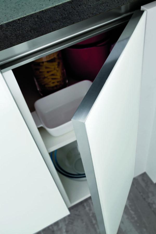 Moderná kuchyňa so sklenými dvierkami MYGLASS je vyrábaná na mieru priamo v Taliansku.