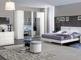 Moderná biela lesklá spálňa