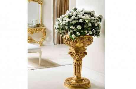 Zlatý dekorovaný stojan na kvety
