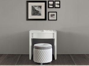 Moderný toaletný stolík so zrkadlom a elegantná okrúhla taburetka