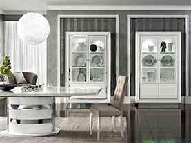 Moderná biela lesklá vitrína s osvetlením