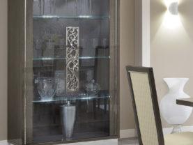 Dvojdverová moderná vitrína PLATINUM s úchytkou GLAMOUR
