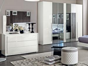 Moderné zrkadlo s komodoudo spálne