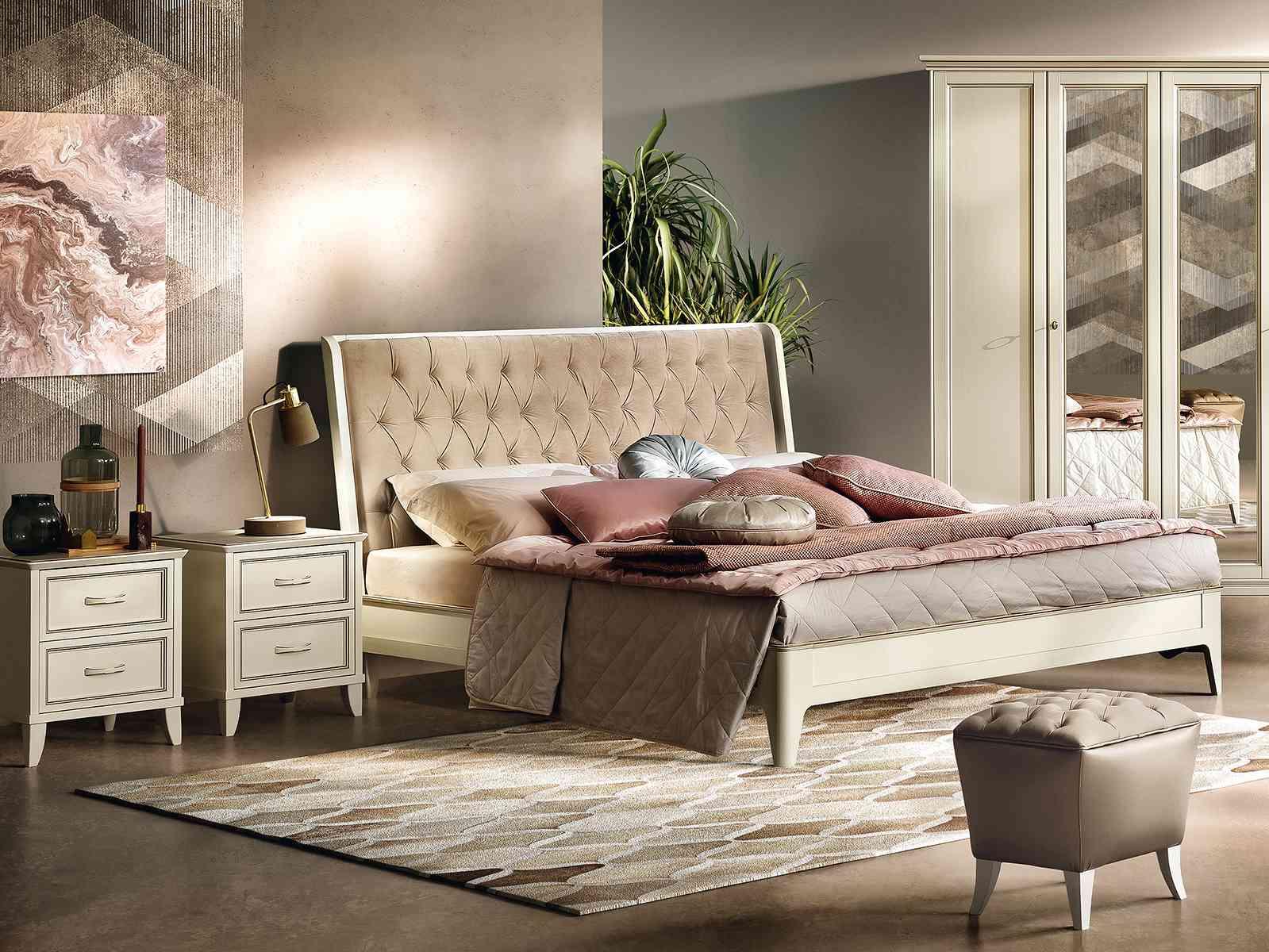 Klasická spálňa v bledej farbe