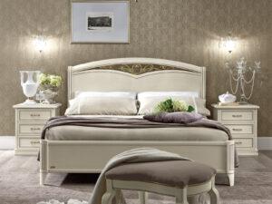 Rustikálna posteľ v bledej farbe