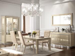 Moderná lesklá jedáleň v krémovej farbe, stôl, stoličky, komoda, vitrína